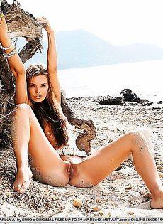 Украсила себя песком с пляжа - фото #