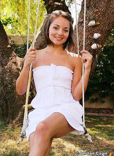 Сексуальная девушка на качелях - фото #