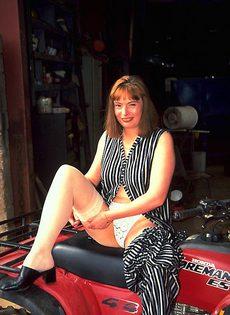 Приехала на мотоцикле к себе на дачу - фото #