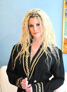 Блондинка с большими сиськами согласилась сделать минет - фото #