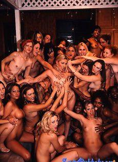 Массовое облапование тела девушки - фото #