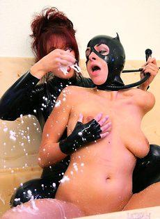 Женщина кошка купается в молоке - фото #