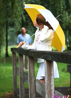 Познакомилась в парке под дождем - фото #