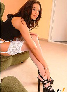 Задрала ножки к верху - фото #