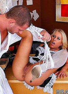 Трахнул в жопу свою помощницу - фото #