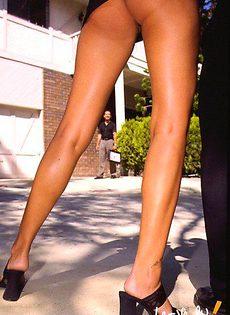 Заметил очаровательные ножки - фото #