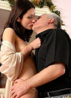 Пытается удержать молодую жену - фото #