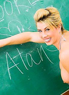 Строгая училка не признает скромных учеников - фото #