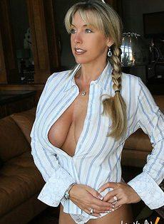 Расстегнула рубашку мужа и показала свои сиськи - фото #
