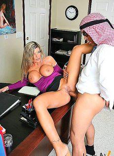 При помощи двух сисек девушка смогла подписать контракт - фото #