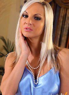 Блондинка с красивыми сиськами и идеально выбритой писькой - фото #