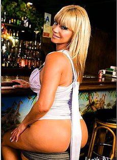 Блондинку трахнули на бильярдном столе - фото #