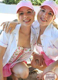 Сексуальные попки двух близняшек - фото #