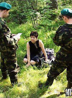 Пограничники поймали американскую шпионку и завалили ей защеку - фото #