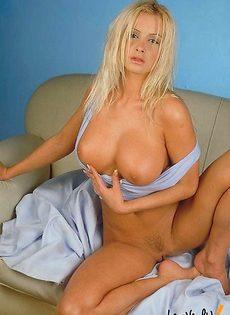 Блондинка с неприкрытой пиздой - фото #