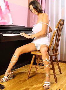 Села играть на пианино с голыми сиськами - фото #