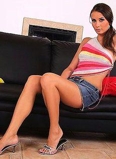 Трахнула себя в пизду стоя над кроватью - фото #