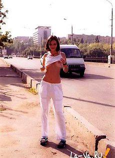 Русская девушка устраивает стриптиз по городу - фото #