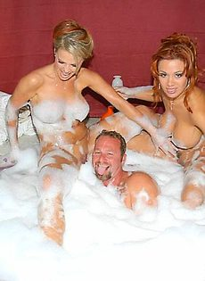 Принял шикарную ванную с двумя сучками - фото #