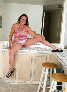 Пожилая тетка зажгла своим минетом на кухне - фото #