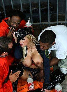Заключенные трахнули одну из охранниц - фото #