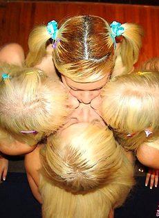Четверо блондинок трахнулись на бильярдном столе - фото #