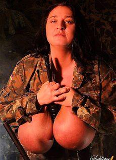 Огромные груди вместо бронежилета - фото #