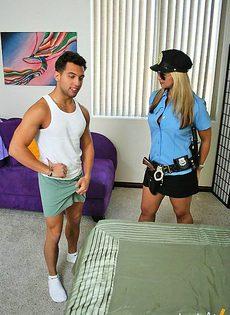 Парень трахнул офицера при исполнении - фото #