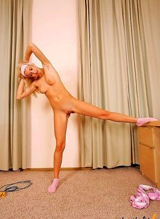 Утренняя гимнастика голышом - фото #