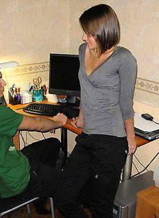 Молодой парень выебал девушку на компьютерном столе - фото #