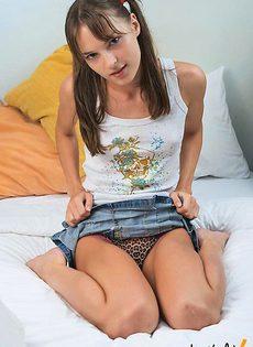 Сучке нравиться мастурбировать со своей пиздой - фото #