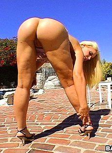 Садовник трахнул на улице двух сучек - фото #