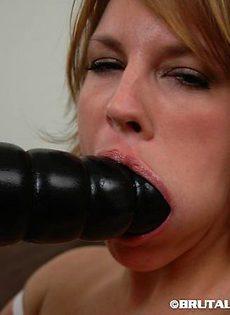 Сука трахнула себя в рот и в жопу одним и тем же самотыком - фото #
