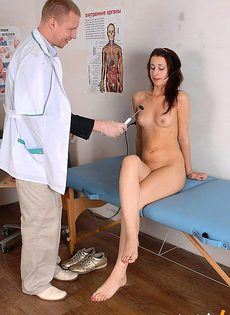 Под прикрытием осмотра, доктор по лапал голое тело девушки - фото #