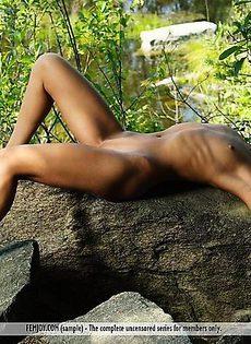 Полностью голая она позировала на голом камне - фото #