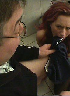 Старый мужик уговорил девушку отсосать у него в туалете - фото #