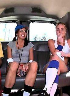 Одна из трех сучек согласилась заняться сексом в машине - фото #