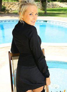 Блондинка с маленькими сиськами - фото #