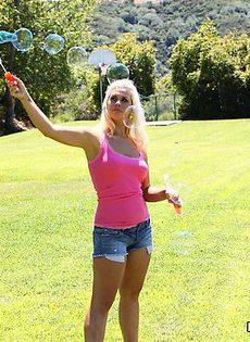 Молодая блондинка заглатывала по самое горло - фото #