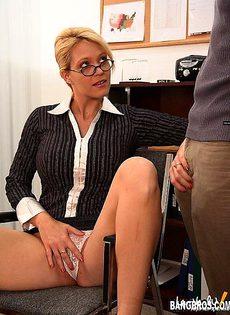 Незаменимая секретарша во время секса она успевает общаться по телефону - фото #