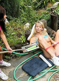 Черенок лопаты засунула подруге в жопу - фото #