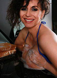 Все начиналась с мытья машины, а закончилось стриптизом - фото #
