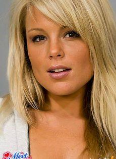 Блондинка собрала все грязное бельё и осталась в одних трусиках - фото #