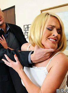 Заставил блондинку сосать порно