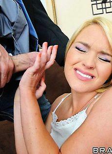 Под угрозой убийства мужик заставил блондинку сосать - фото #