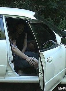 Мужик снял дорожную сучку и трахнул её на капоте своего автомобиля - фото #
