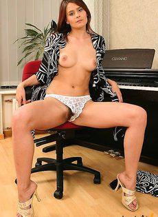 Пианистка сыграла на своей пизде симфонию - фото #