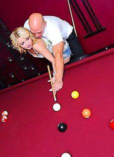 Девушка попросила парня научить её играть в бильярд, а за это пообещала показать ему свою пизду - фото #