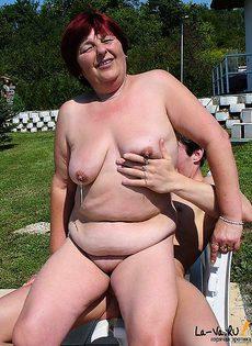 Старая женщина попросила трахнуть её на улице - фото #