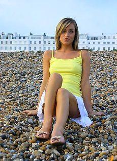 Девушка на пляже устроила шоу для своего любимого - фото #